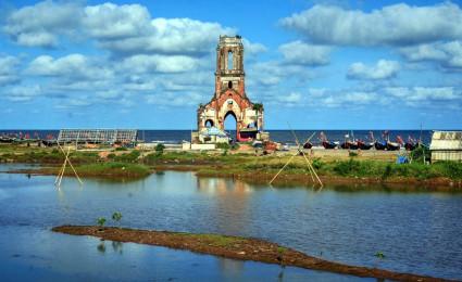 Nhà thờ cổ bị biển nuốt chửng độc đáo ở Việt Nam