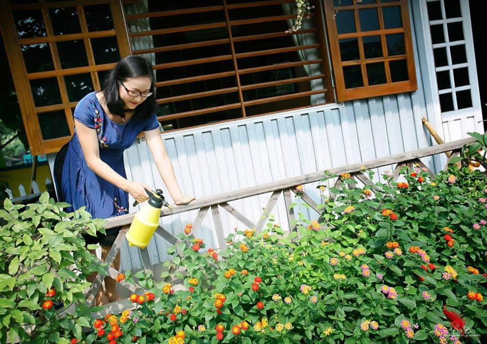 nha go 13 Ngôi nhà gỗ xinh với vườn hồng rực rỡ qpdesign