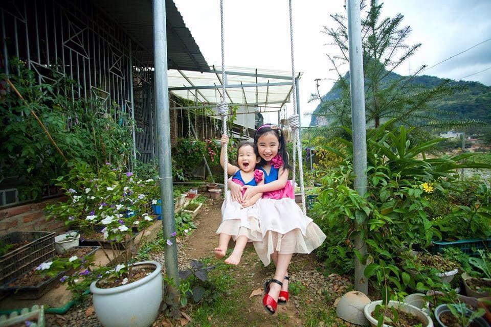 nha go 14 Ngôi nhà gỗ xinh với vườn hồng rực rỡ qpdesign