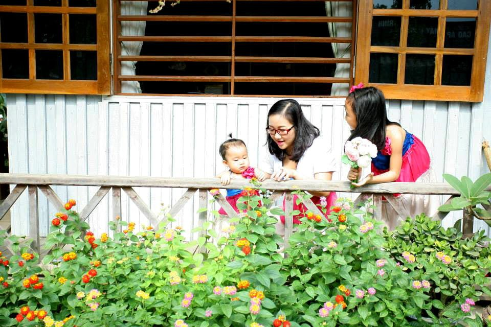 nha go 5 Ngôi nhà gỗ xinh với vườn hồng rực rỡ qpdesign