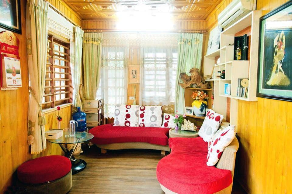 nha go 6 Ngôi nhà gỗ xinh với vườn hồng rực rỡ qpdesign