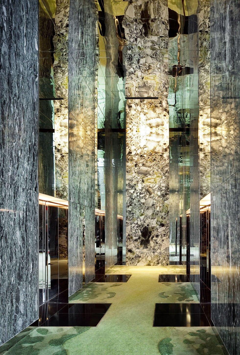 một góc chờ thang máy khách sạn nhiều cây nhất parkroyal