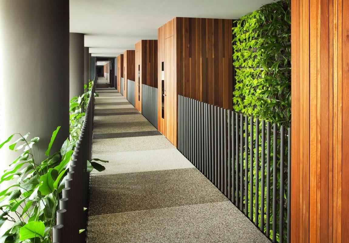 một hành lang khách sạn nhiều cây nhất parkroyal
