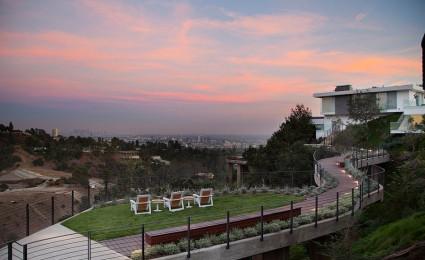 Biệt thự xa hoa tại Beverly Hills với lối đi trên cao độc đáo