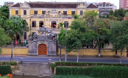 Tham quan cung An Định – nơi vua Bảo Đại sinh sống sau khi thoái vị