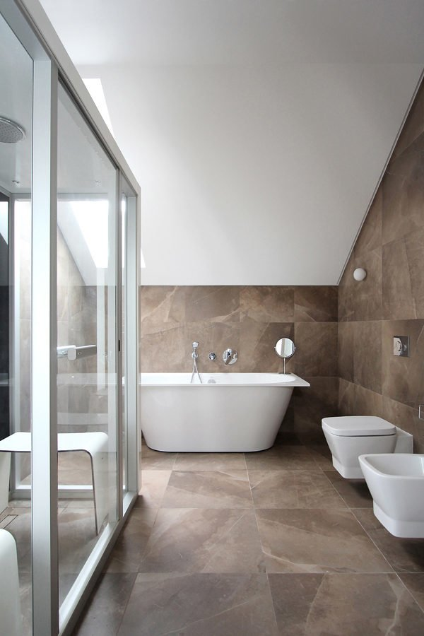 neutral-tiled-bath