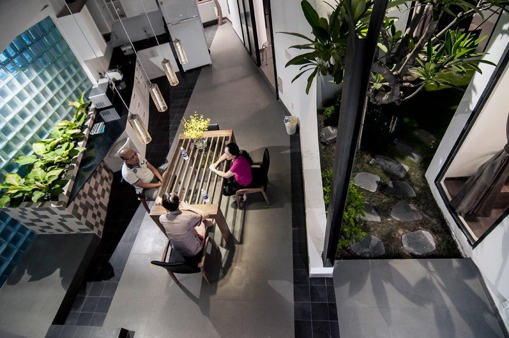 12 1444380836 1200x0 Nhà phố trong hẻm Sài Gòn với vườn cây xanh mát qpdesign