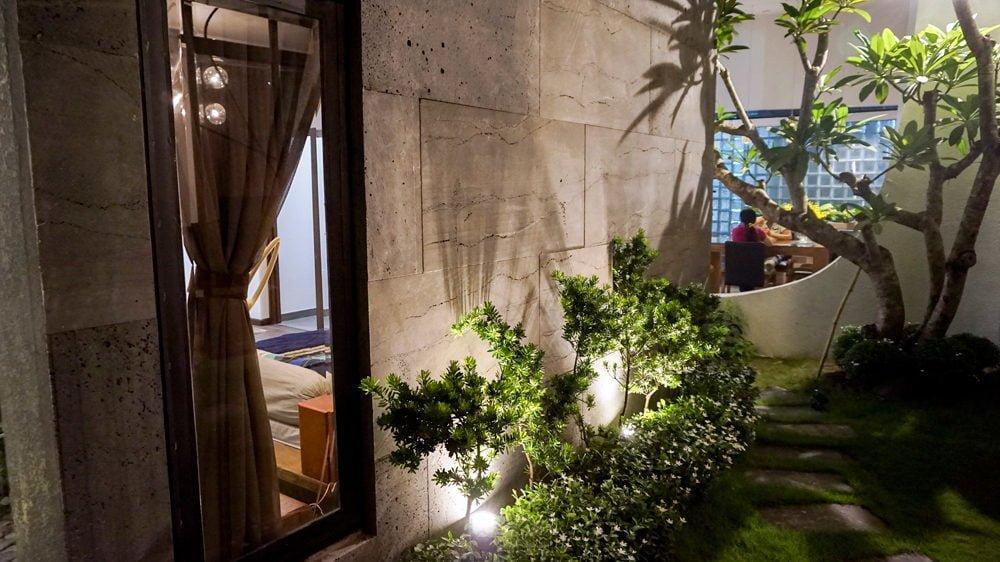 2 1444380833 1200x0 Nhà phố trong hẻm Sài Gòn với vườn cây xanh mát qpdesign