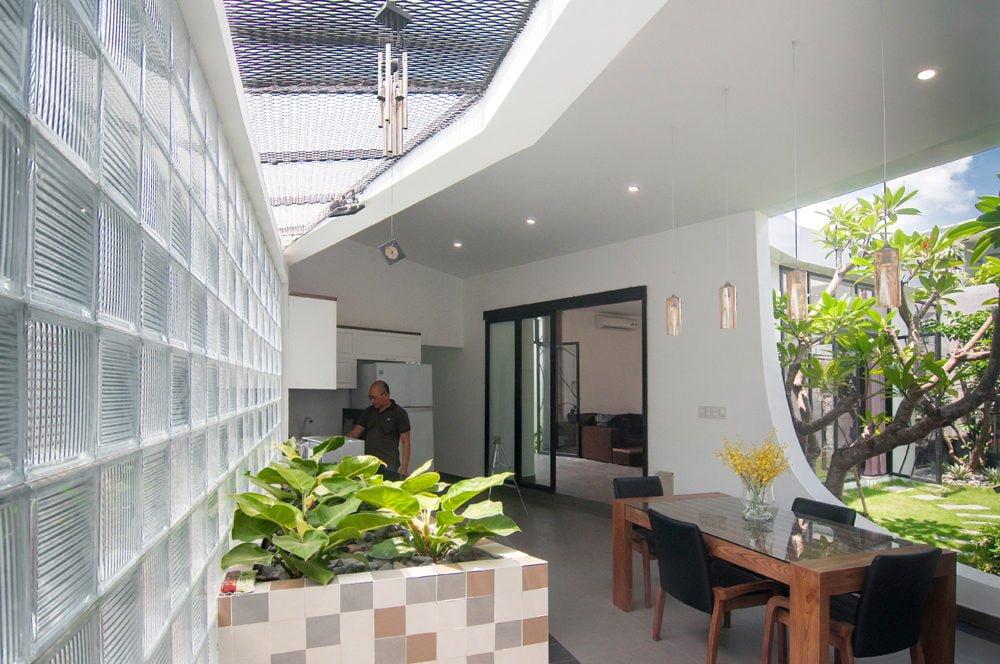 6 1444380834 1200x0 Nhà phố trong hẻm Sài Gòn với vườn cây xanh mát qpdesign