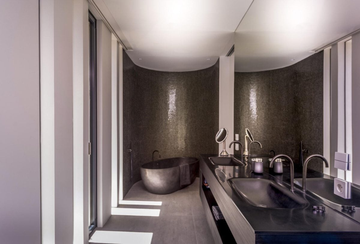 14luxurious-dark-bathroom