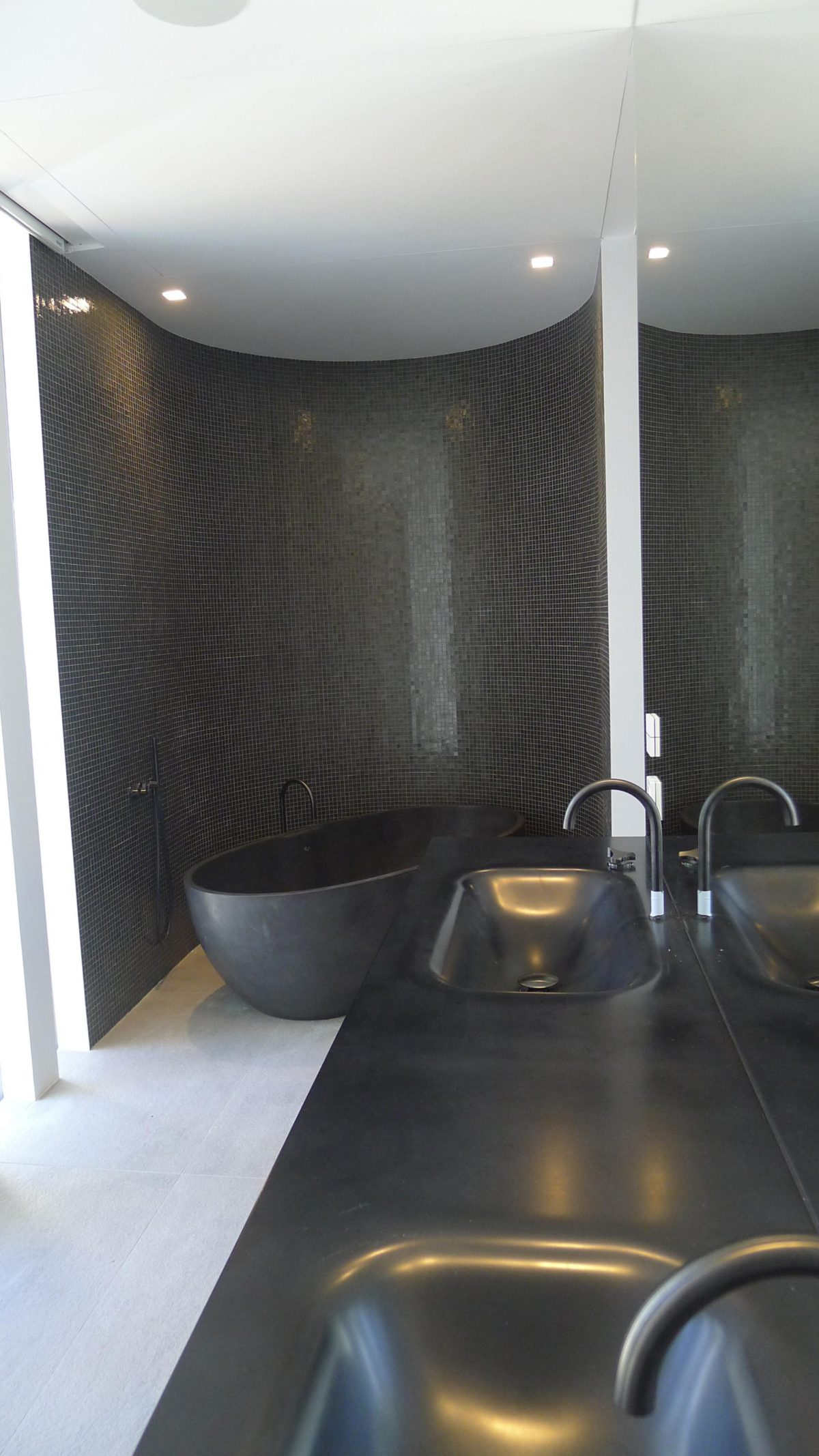 16charcoal-bathroom-ideas