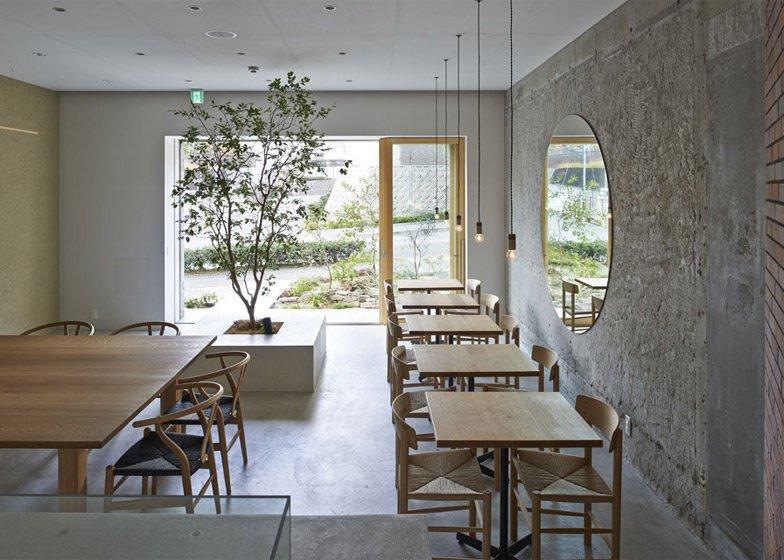 21Ito biyori cafe by Ninkipen Osaka Japan dezeen 784 3 Thiên nhiên trong thiết kế quán cafe của Nhật qpdesign