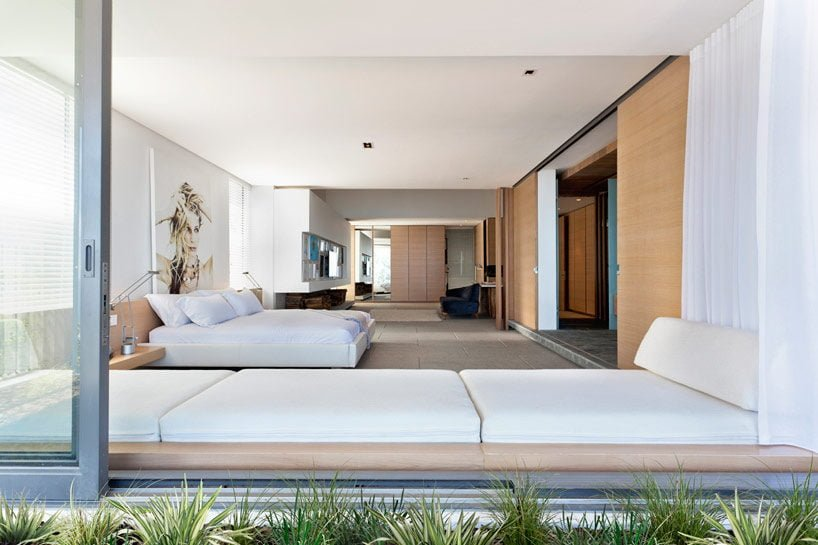 5modern-coastal-house-bedroom-2