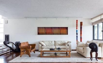 Ngôi nhà hiện đại phủ đầy mảng xanh, gỗ và tác phẩm nghệ thuật