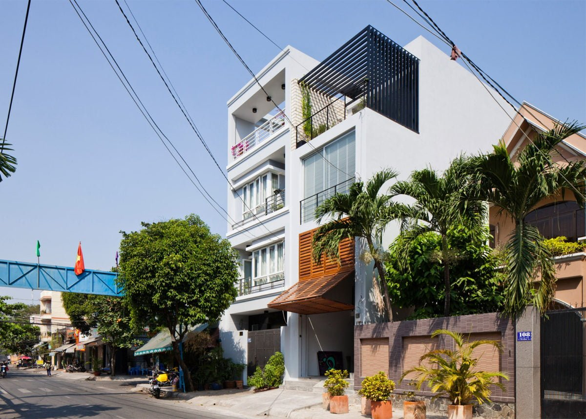Townhouse-with-a-folding-up-shutter_Vietnam_MM-Architects_dezeen_1568_3