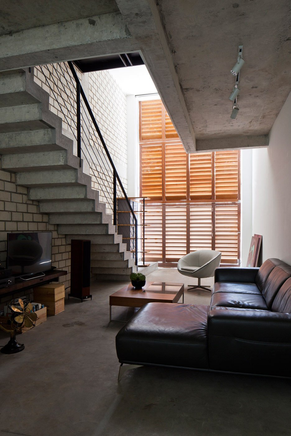 Townhouse-with-a-folding-up-shutter_Vietnam_MM-Architects_dezeen_936_5