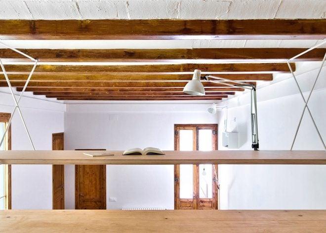 Thiết kế căn hộ có bàn làm việc treo trên trần nhà độc đáo