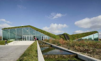 Bảo tàng được bao phủ bằng cỏ và đường đi dạo trên mái