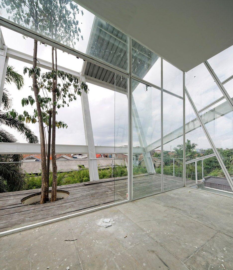 Rumah Miring Budi Pradono Architects House Jakarta dezeen 936 10 Ngôi nhà nghiêng độc đáo và tiện nghi ở Jakarta Indonesia qpdesign