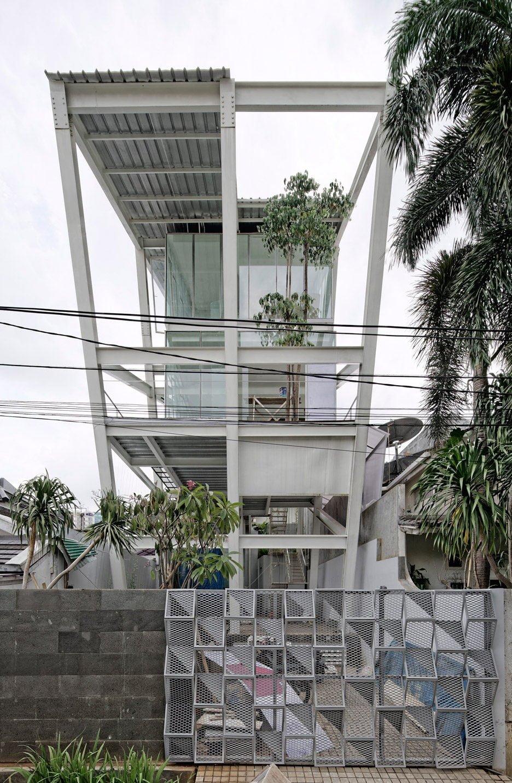 Rumah Miring Budi Pradono Architects House Jakarta dezeen 936 3 Ngôi nhà nghiêng độc đáo và tiện nghi ở Jakarta Indonesia qpdesign