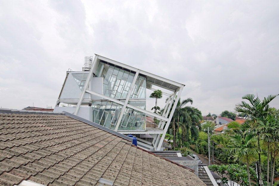 Rumah Miring Budi Pradono Architects House Jakarta dezeen 936 4 Ngôi nhà nghiêng độc đáo và tiện nghi ở Jakarta Indonesia qpdesign
