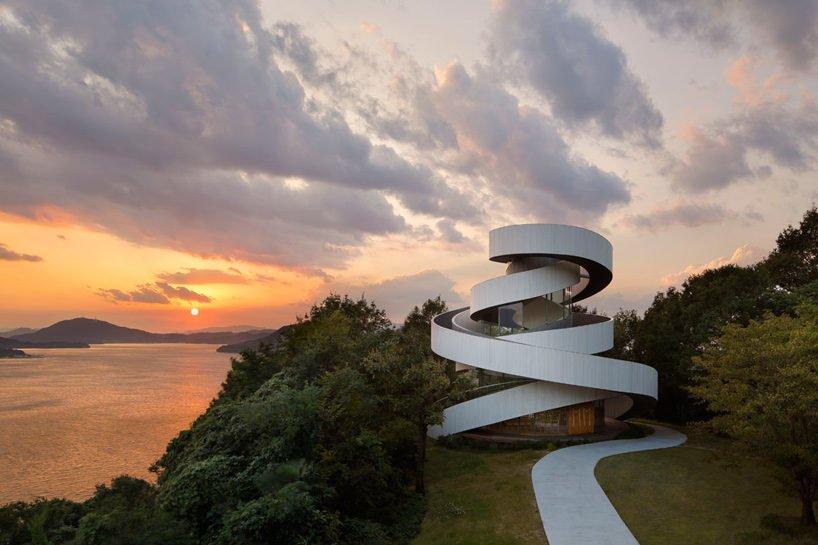 hiroshi nakamura nap ribbon chapel spiral hiroshima japan designboom X9 Thánh đường cho ngày trọng đại của những đôi uyên ương qpdesign