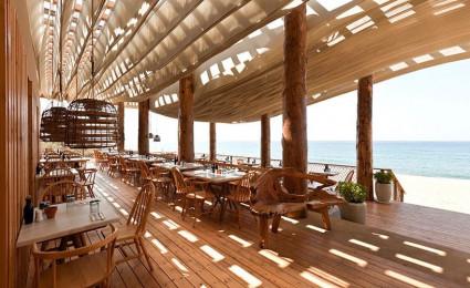 Nhà hàng gỗ tuyệt đẹp bên bờ biển