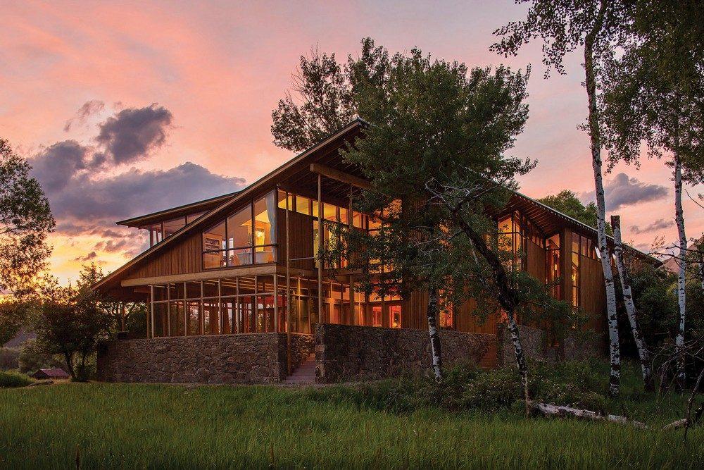 montana glass home with lots of wood in decor 1 Hòa mình cùng thiên nhiên trong ngôi nhà gỗ tuyệt đẹp ở MONTANA qpdesign
