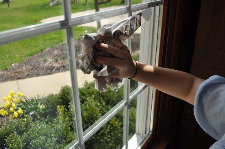 Newspaper window cleaning 718x477 20 mẹo cực hay và hữu ích làm sạch nhà đón tết qpdesign