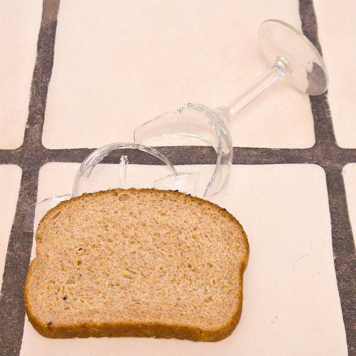 pick up broken glass with a slice of bread 718x718 20 mẹo cực hay và hữu ích làm sạch nhà đón tết qpdesign