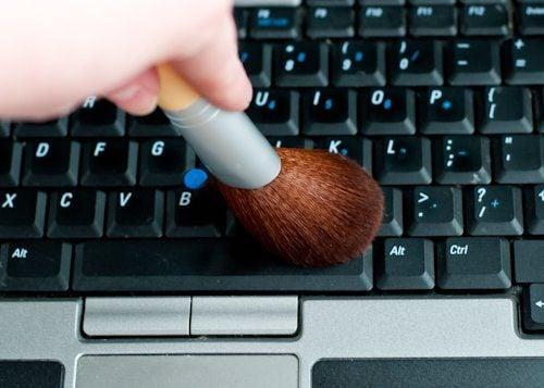 use a makeup brush to clean the keyboard 20 mẹo cực hay và hữu ích làm sạch nhà đón tết qpdesign