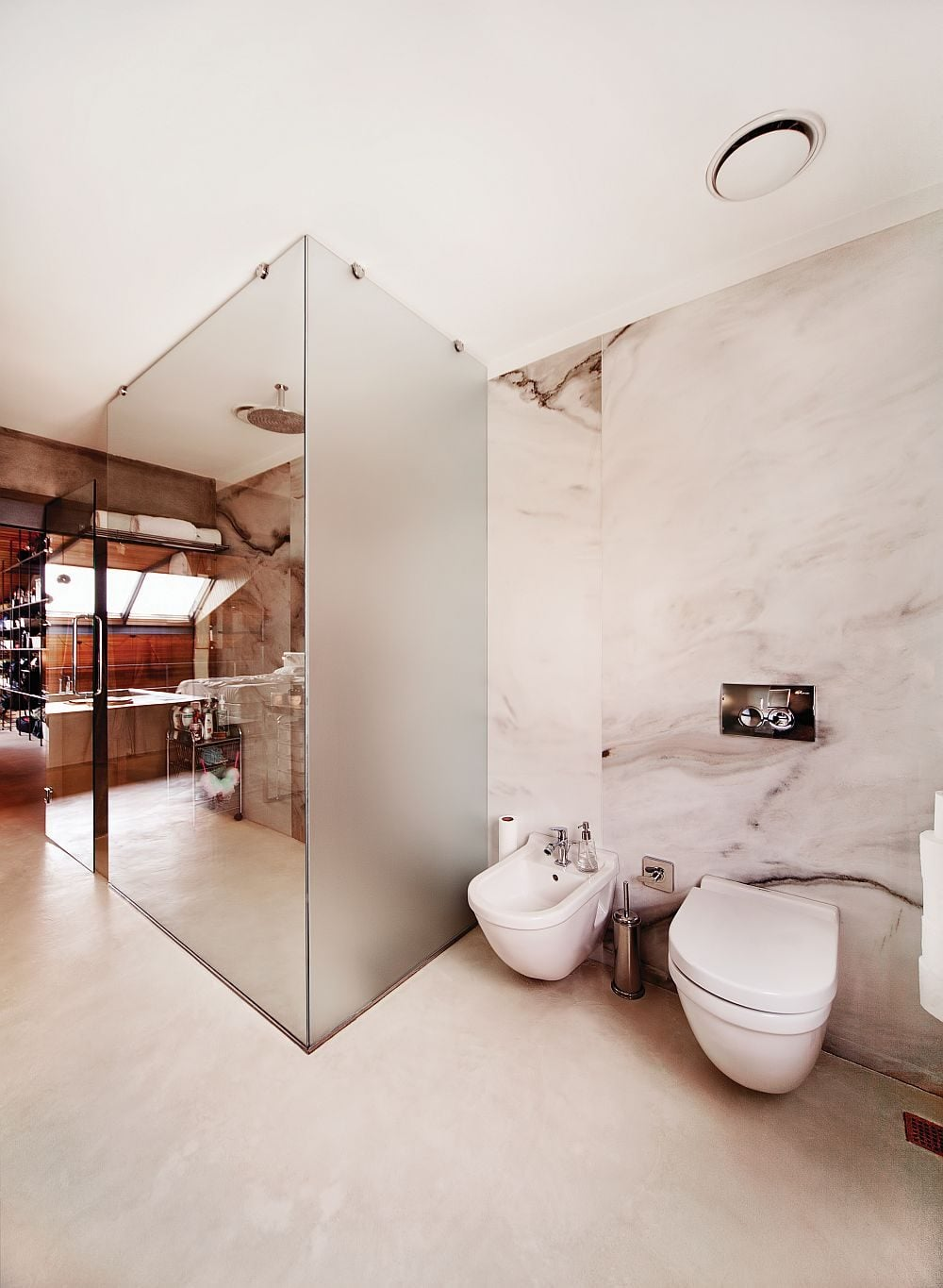 Modern-bathroom-with-a-glass-shower-area