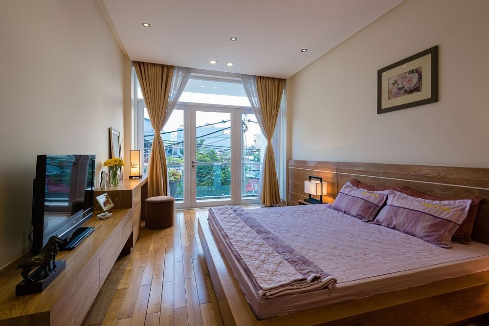 Wooden-bed-and-headboard-in-the-modern-bedroom-feel-like-an-extension-of-the-floor