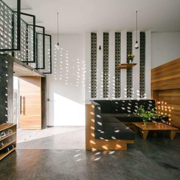 Những viên gạch bê tông lỗ giúp không gian bên trong nhà vô cùng ấn tượng.