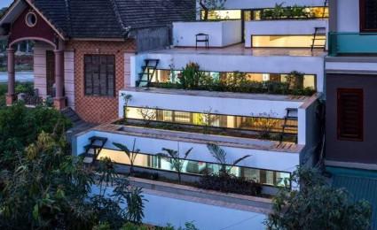 Nhà ống 3 tầng hiện đại với mái có kết cấu gồm nhiều bậc tại Hà Tĩnh